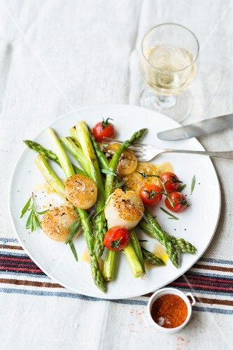 Green asparagus with scallops and cherry tomatoes