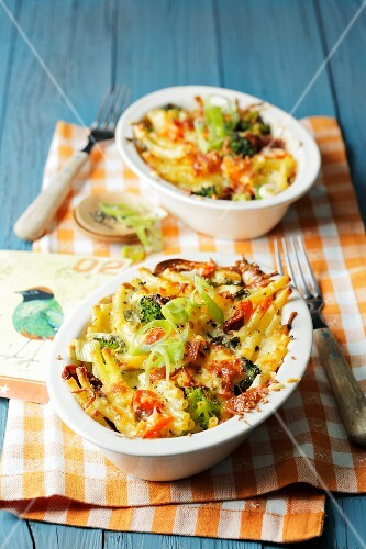 Pasta bake with vegetables and cheese