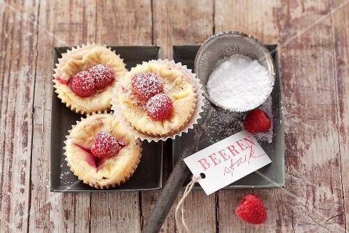 Vanilla muffins with raspberries