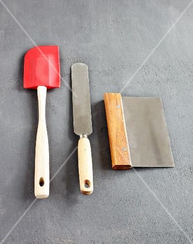 A spatula, a palette knife and a scrapper