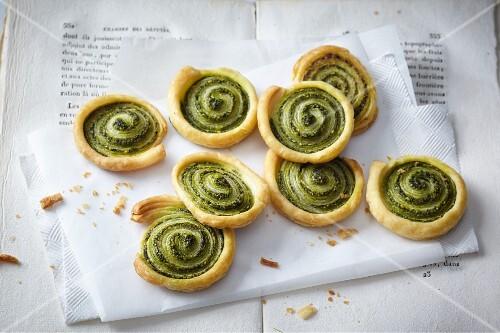 Mediterranean pastry spirals with pesto