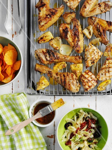 Grilled chicken bits with lemon, sold oil and potato crisps