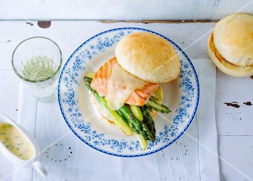 Salmon burger with green asparagus