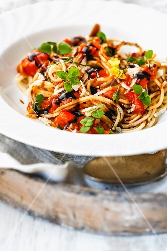 Spaghetti with tomatoes, oregano and balsamic vinegar