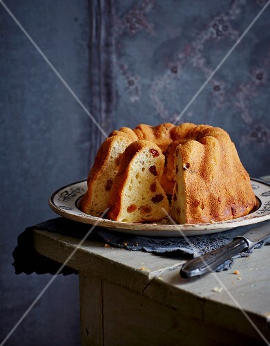 Bundt cake with raisins