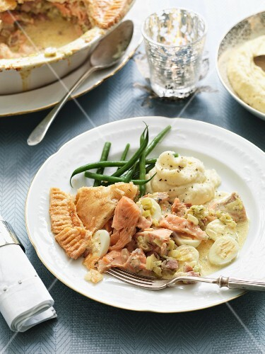 Salmon pie with bacon, quail's eggs, leek, green beans and mashed potatoes (England)