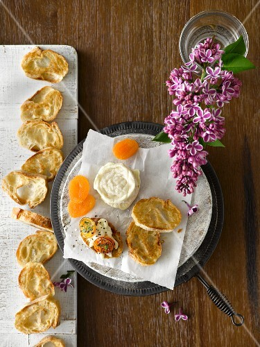 Brie with dried apricots and toasted baguette slices