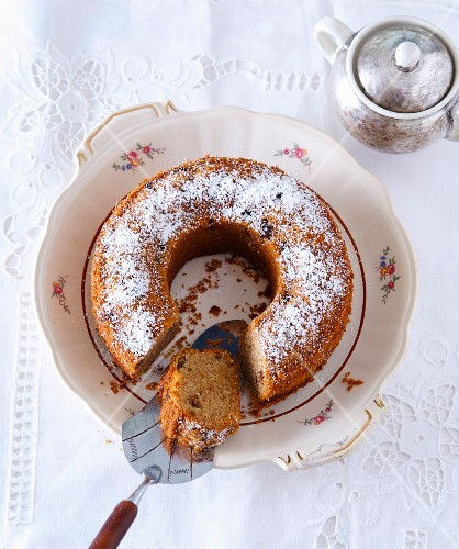 Bundt cake with raisins and icing sugar