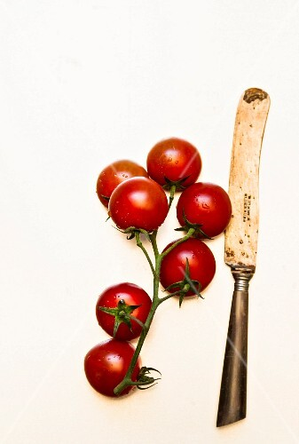 Vine tomatoes and an old knife