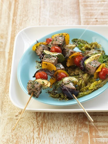 Tuna skewers with courgette, tomatoes, peppers and onions