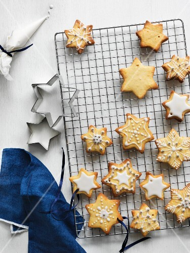 Vanilla and clementine biscuits decorated with icing sugar and silver pearls