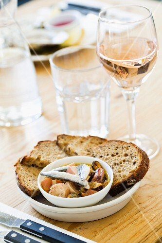 Seafood salad with bread at the Outlaws Fish Kitchen in Port Isaac (Cornwall, England)