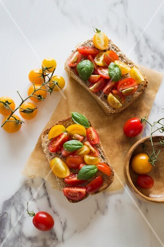 Open sandwich with colourful tomatoes and basil