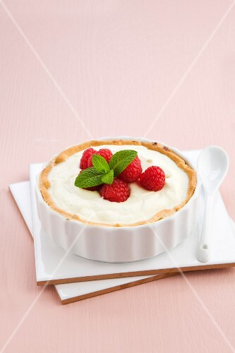 Melon tart with white chocolate, raspberries and mint