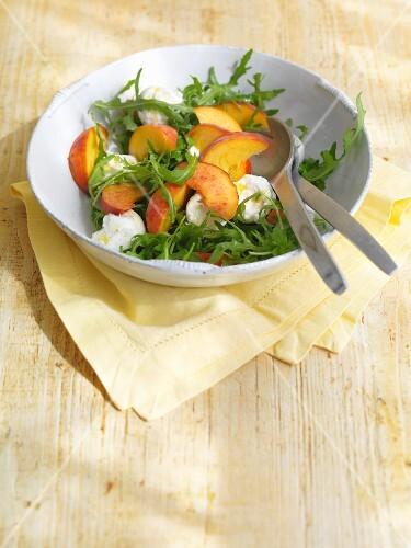 Rocket salad with peaches and mozzarella