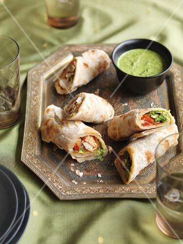 Puff pastry wraps with chicken, tomatoes and herb chutney (India)