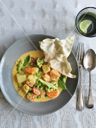 Creamy vegetable curry with almonds (India)