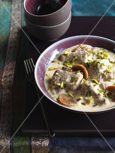 Creamy lamb curry with nuts and dried figs (India)