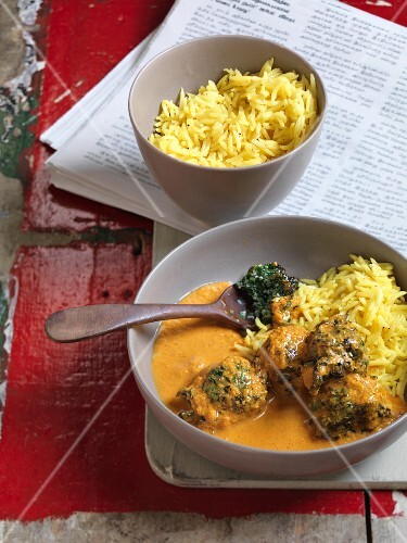 Spinach dumplings with tomato curry and pilau rice (India)