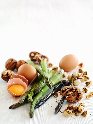Eggs, green asparagus and nuts