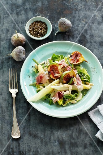 Asparagus salad with ham and figs