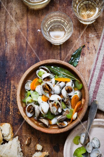 Clams in a white wine and vegetable broth
