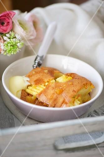 Apfel-Biskuit-Auflauf mit Vanilleeis