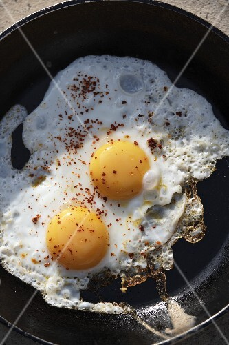 Fried eggs with ground allspice