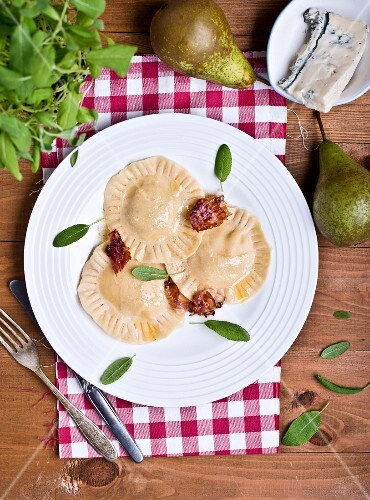 Ravioli with blue cheese, pears and bacon