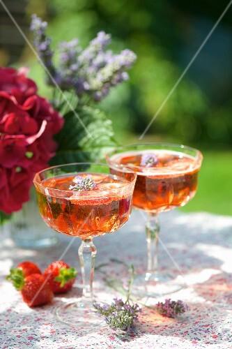 Zwei Gläser Erdbeer-Prosecco mit Lavendelblüten