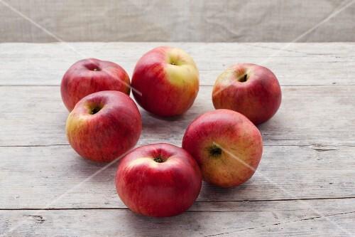 Organic Nonnenmacher apples on a wooden surface
