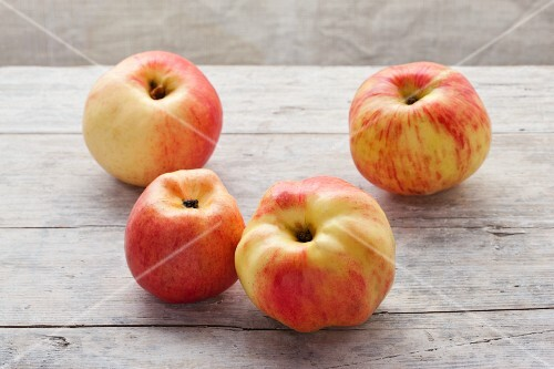 For organic Horneburger apples on a wooden surface