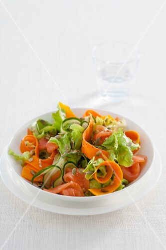 Mixed leaf salad with smoked salmon