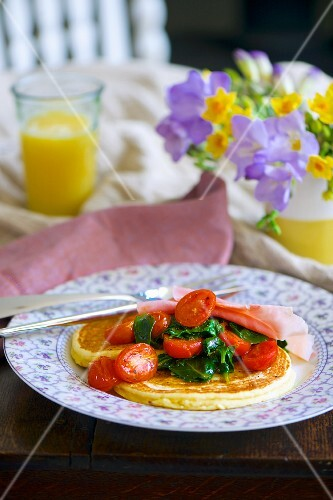 Ricotta pancake with fresh spinach, cocktail tomatoes and ham