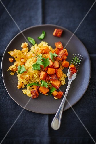 Couscous with pumpkin, onions and raisins