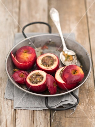 Baked apples filled with walnuts, honey and rosemary