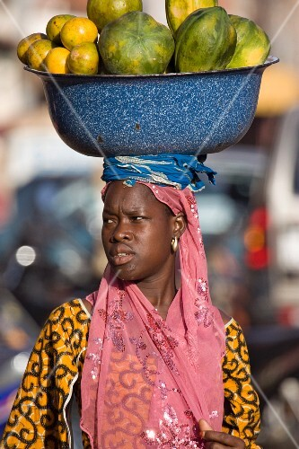 Obstverkäuferin auf dem Markt in Ouagadougou, Burkina Faso, Westafrika, Afrika