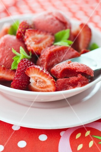 Strawberry sorbet with fresh strawberries