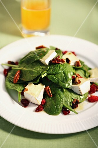 Spinach salad with Brie and pecan nuts