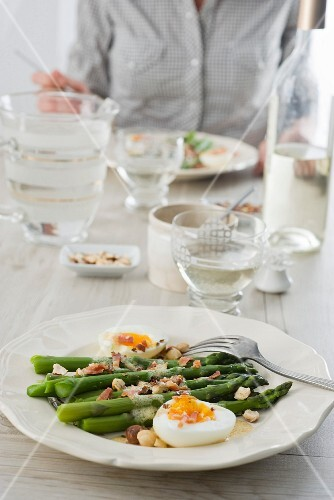 Green asparagus with hazelnuts and bacon
