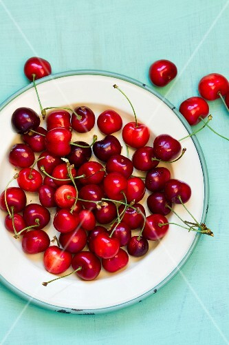 Fresh red cherries on a plate (seen from above)