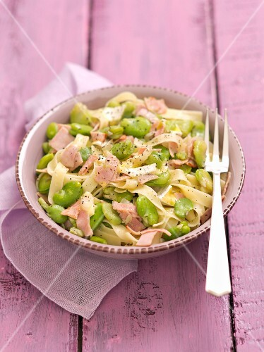 Tagliatelle with broad beans, ham and Camembert