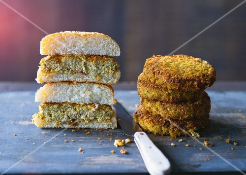 Tofu burgers with courgette, carrots, nuts and spices
