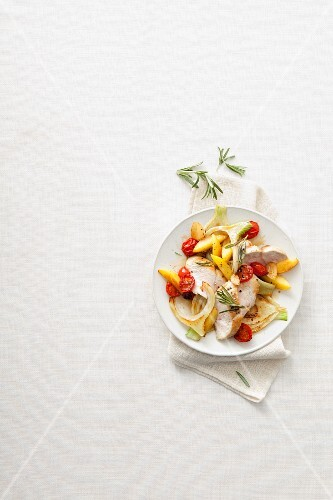 Chicken breast with fennel, cherry tomatoes and potatoes
