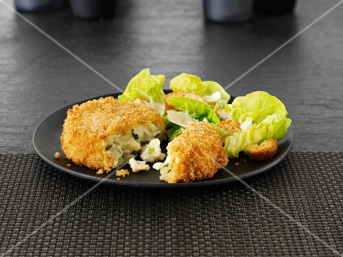 Breaded cheese and leek cakes with lettuce