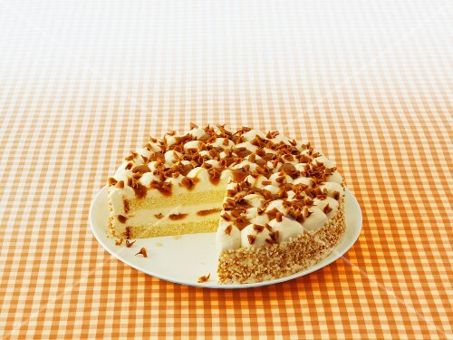 Toffee cheesecake with chocolate curls, sliced