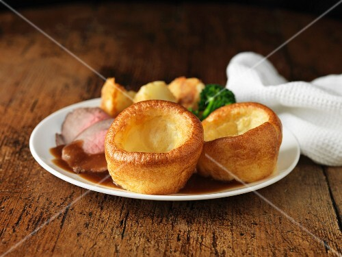 Roast beef with Yorkshire puddings, broccoli and potatoes (England)