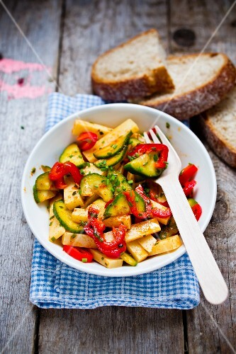 Emmental salad with peppers and courgettes