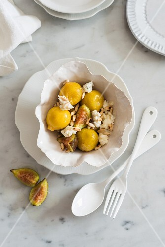 Fig salad with goat's cheese and pine nuts