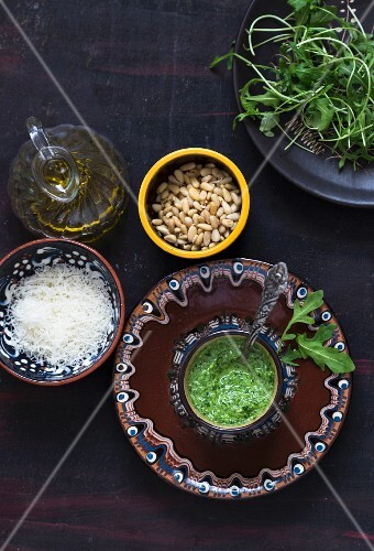 Rocket pesto with ingredients (seen from above)